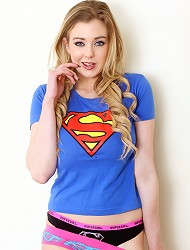 Megan in het Super Girl t-shirt